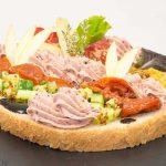 Bruschetta revisitée aux pommes caramélisées, saucisse de foie et graines de moutarde