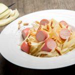 Salade de choux blanc, saucisse de Strasbourg et pignons de pins