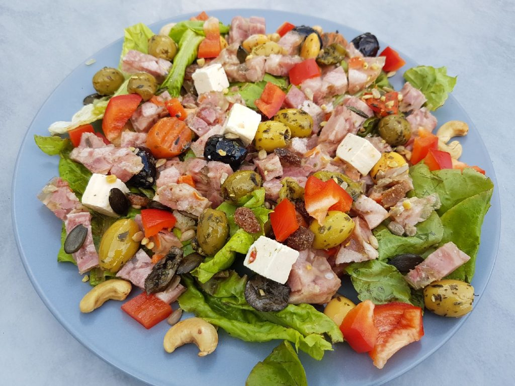 Salade fraicheur au presskopf, feta et olives